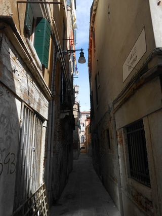 Venice_narrowwalk